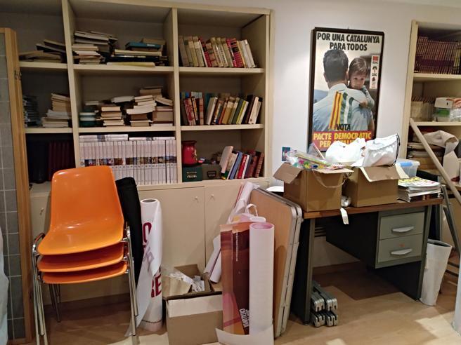 Libros, material electoral y un cartel del Pacte Democràtic per Catalunya en la agrupación del PDeCAT de la Dreta del Eixample