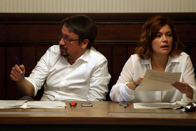 Los diputados electos Xavier Domenech (i) y Elisenda Alamany (d) durante la reunión que ha mantenido el grupo parlamentario de Catalunya en Comú-Podem en el Parlament de Catalunya
