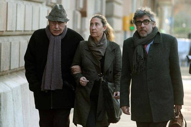 El exvicepresidente del Palau Jordi Montull (i), acompañado por su hija Gemma Montull, ex directora financiera del Palau y de su abogado Jordi Pina (d)