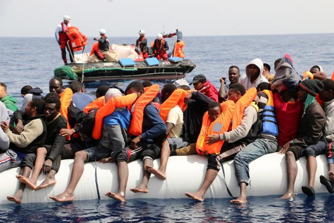 El bote neumático con 128 personas del cual el 'Aquarius' sólo pudo rescatar a 38 el sábado. El resto fue devuelto a Libia por los guardacostas