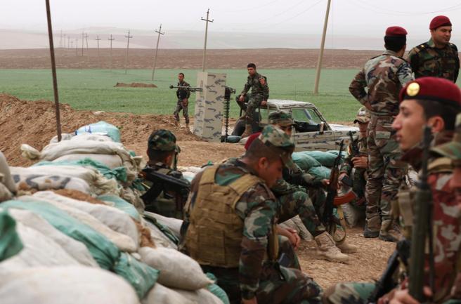 Milicianos kurdos de Siria y peshmerga kurdos de Irak, en el paso fronterizo de los dos kurdistanes de Peshabor (Irak)