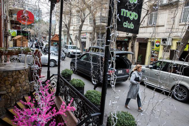 Una de las calles comerciales del centro de Bakú donde abundan los cafés y restaurantes