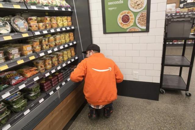 El supermercado cuenta con diversos empleados para reponer, preparar comidas, controlar secciones y atender dudas y devoluciones
