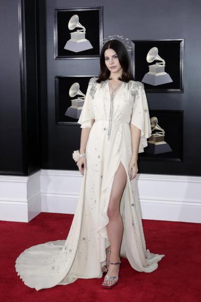 Lana Del Rey en la alfombra roja de los Grammy