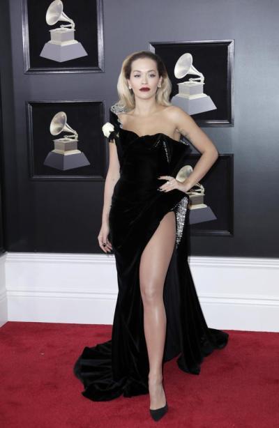 Rita Ora en la alfombra roja de los Grammy