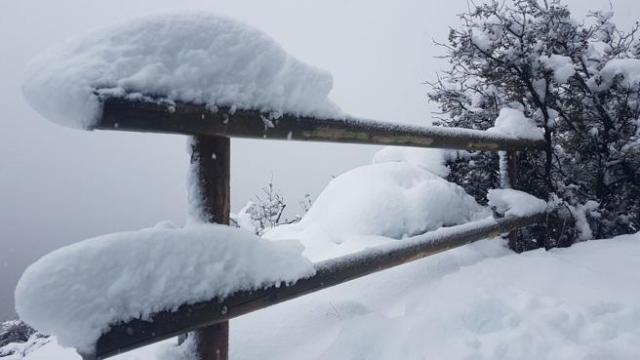 La nieve cubre una barandilla en el Berguedà