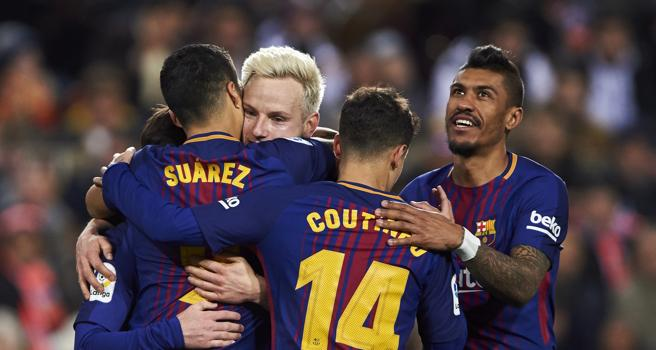 Rakitic celebra con sus compañeros su gol al Valencia