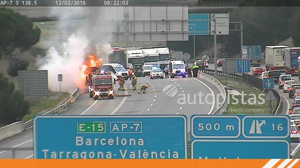 Un camión se incendia en la AP-7 a su paso por Mollet y provoca cortes de tráfico