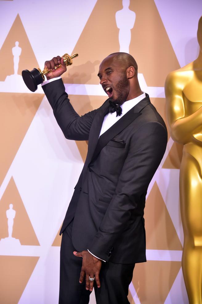 Kobe Bryant llega a la alfombra roja de los Oscars 2018