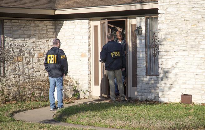 Agentes del FBI preguntan a un vecindario donde se ha producido una explosión sobre el suceso en el este de Austin