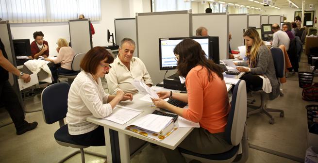 Contribuyentes en una oficina de la AEAT en campañas anteriores