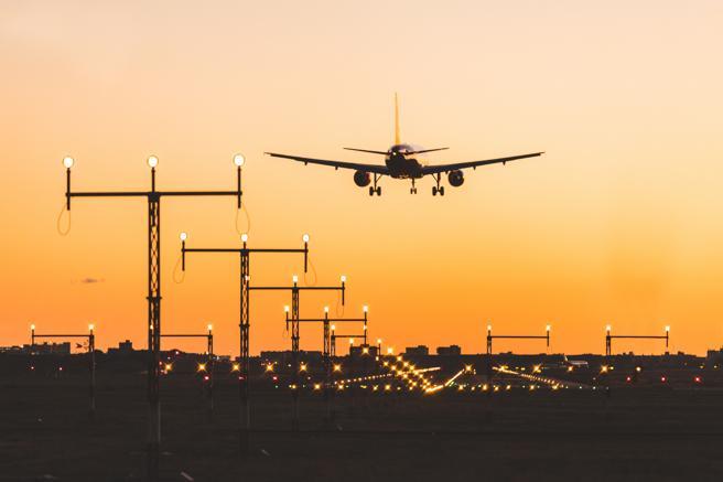 Avión aterrizando en un aeropuerto