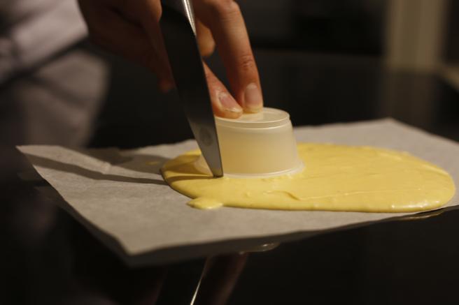 Si no tenemos aro cortapastas podemos ayudarnos de un recipiente y un cuchillo