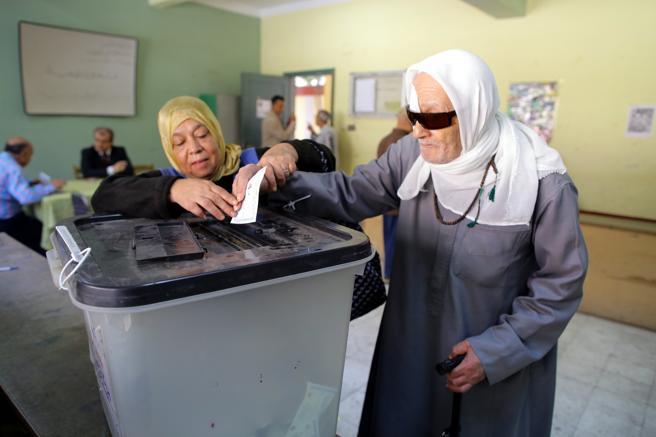 Un egipcio vota durante la primera jornada de las elecciones presidenciales en un colegio electoral de El Cairo