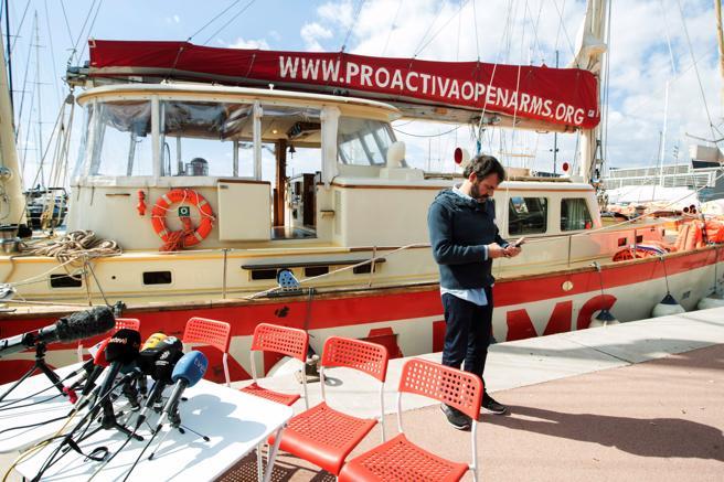 El fundador y director de la ONG Proactiva Open Arms, Oscar Camps (c), y miembros de su equipo legal durante la rueda de prensa celebrada en el puerto de Badalona (Barcelona)