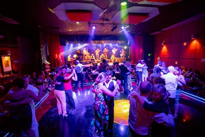 Una milonga para bailar tango en Buenos Aires
