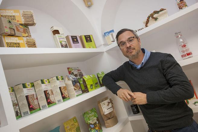 Daniel Carrión, gerente de Tigernuts Traders, posa con productos derivados de la chufa