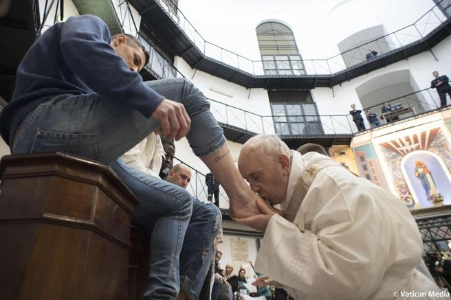El papa Francisco, emulando a Jesús de Nazaret en la 'Última Cena', lava los pies a doce personas, en este caso presos de la cárcel Regina Coeli de Roma
