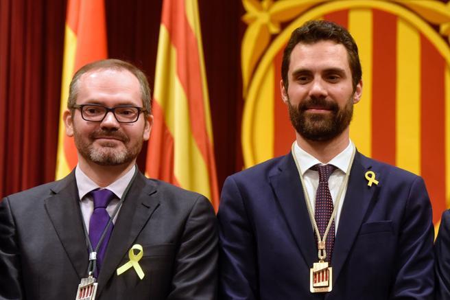 Josep Costa (izq) es el vicepresidente de la Mesa del Parlament que preside Roger Torrent