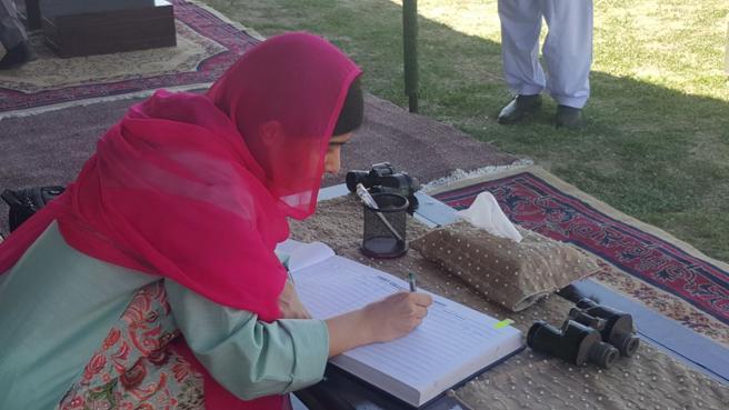 Malala firma un libro de bienvenida en Pakistán