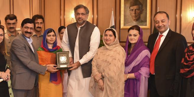 Malala recibe un presente del primer ministro, Shahid Khaqan Abbasi, durante su visita a Pakistán
