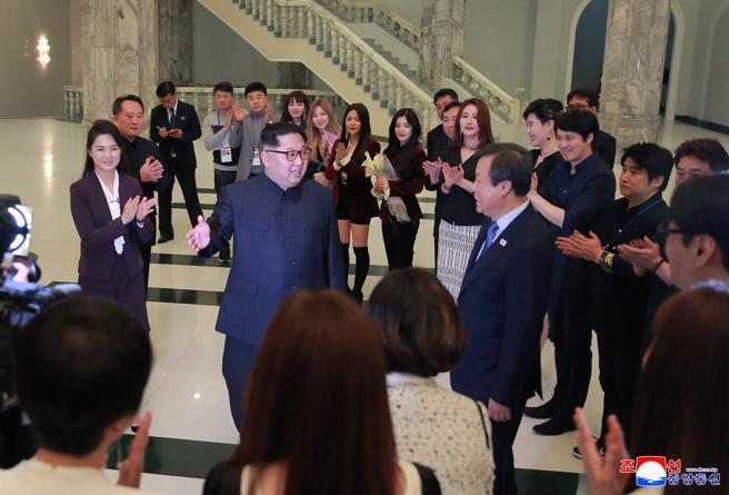 Imagen de l líder norcoreano Kim Jong Un durante su visita a los grupos surcoreanos