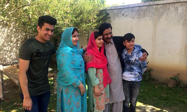 Malala posa junto a familiares en su localidad natal de Mingora