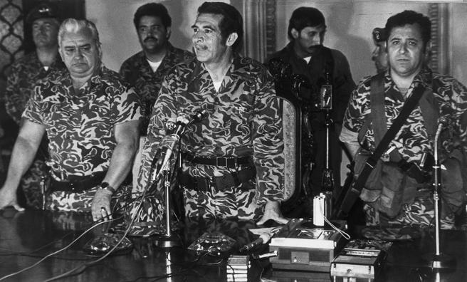Ríos Montt en el centro cuando tomó el poder con una junta militar
