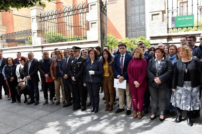 Minuto de silencio ante la sede de la Delegación del Gobierno de la Junta en Almería tras la última muerte de una mujer de 48 años en Albox (Almería), presuntamente a manos de su pareja, quien ya ha sido detenido. EFE/Carlos Barba