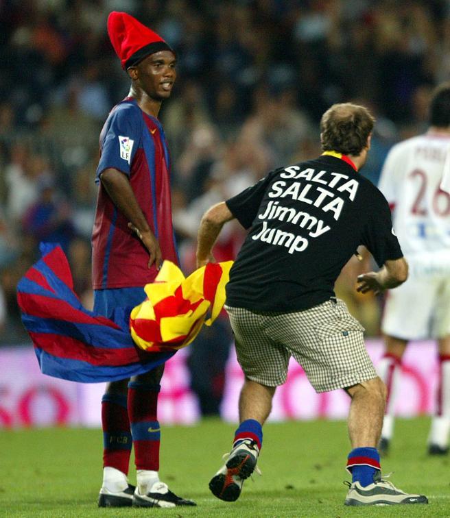 Eto´o observa al espontaneo tras colocarle una barretina durante el partido de liga celebrado en el Camp Nou entre el F.c. Barcelona y el Sevilla.