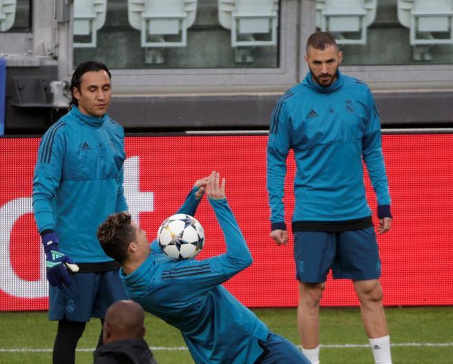 Acrobático Cristiano Ronaldo controlando un balón con el pecho durante el entrenamiento que realizó ayer por la tarde el Real Madrid en el Juventus Stadium de Turín
