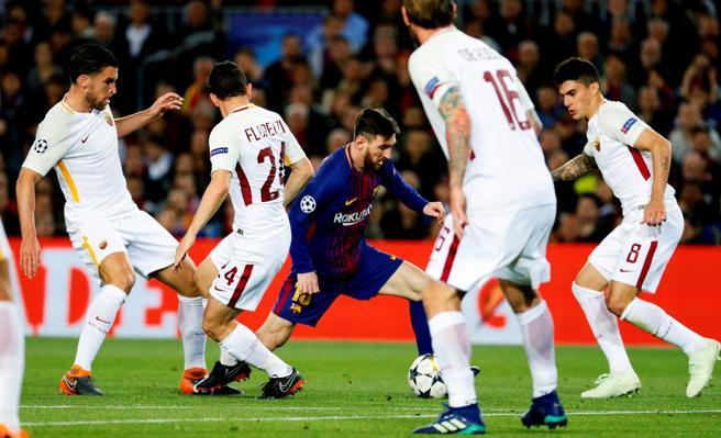 Los jugadores de la Roma estuvieron muy pendientes de Messi en todo momento