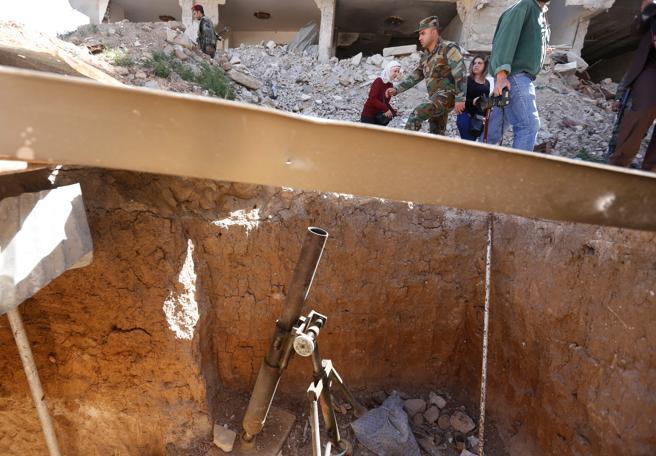 Periodistas y militares, cerca del túnel de contrabando y refugio de los rebeldes en Jorbar