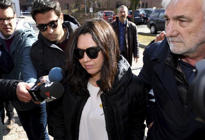 Marcela Topor, esposa de Carles Puigdemont, acompañada de Josep Maria Matamalat, a las puertas de la cárcel de Neumünster.