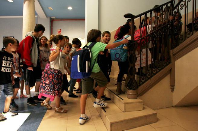 Imagen de archivo de un grupo de niños entrango a clase en la Escuela Pias de Ronda Sant Pau Barcelona