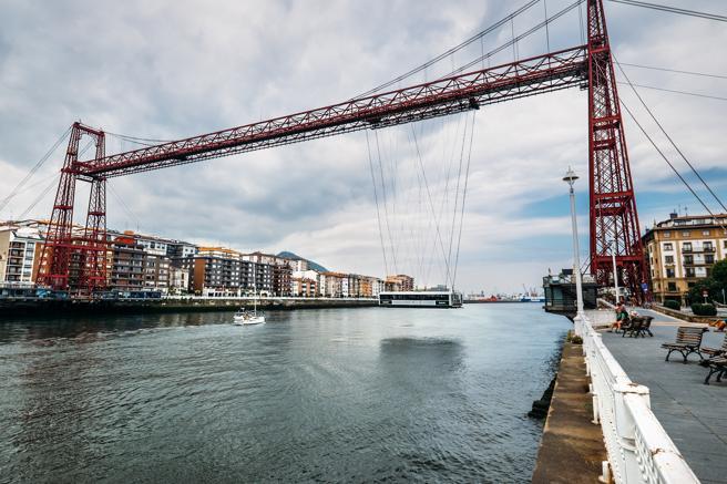 El puente transportador que une las localidades de Portugalete y Las Arenas (parte de Getxo) en la provincia de Bizkaia
