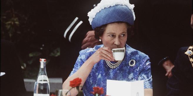 La Reina de Inglaterra tomando una taza de té
