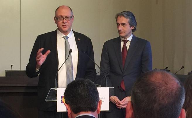 El alcalde de Sant Feliu, Jordi San José, y el ministro de Fomento, Iñigo de la Serna, tras la reunión sobre las obras para soterrar las vías