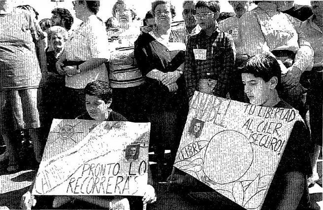 Dos niños muestran las pancartas que portaban en una de las manifestaciones por la liberación de Anabel Segura