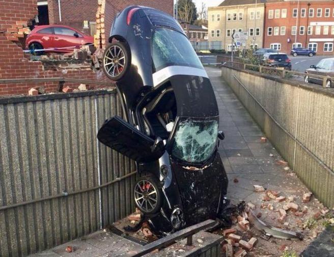 El vehículo cayó verticalmente sobre una acera, pero el conductor salió ileso