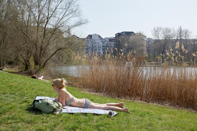 Una mujer disfruta de una tarde soleada cerca del lago Lietzen en Berlín.
