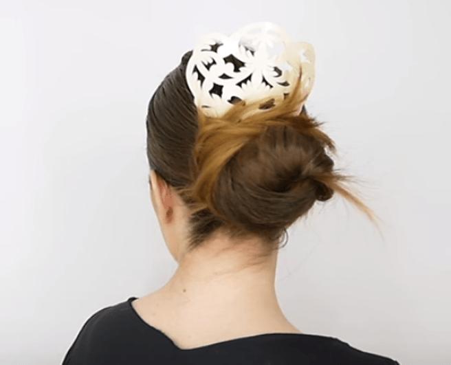 Una influencer muestra las nuevas tendencias en peinados flamencos