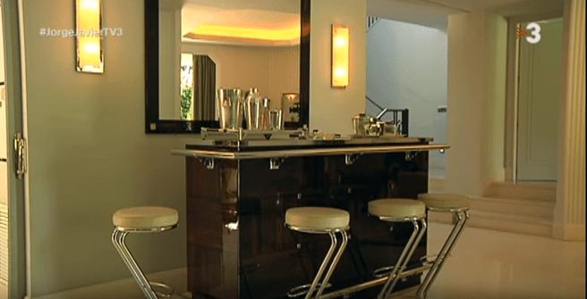 Barra de bar con sillas altas en la casa de Jorge Javier Vázquez.