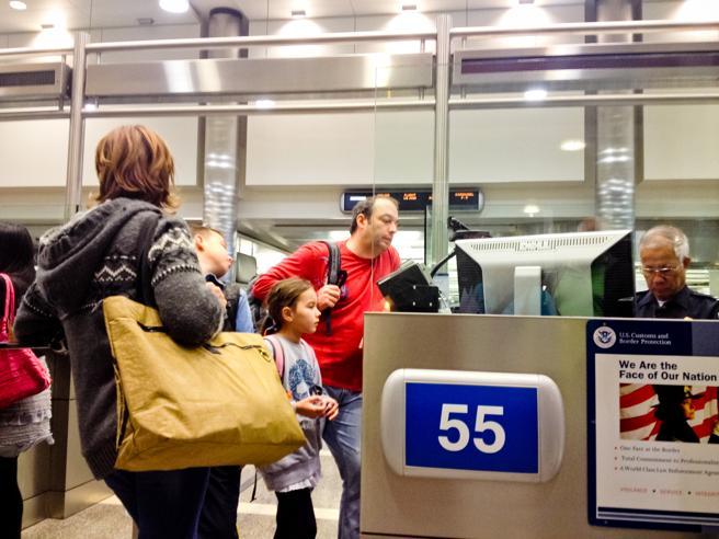 Puesto de inmigración en el aeropuerto donde comprueban la documentación de los viajeros