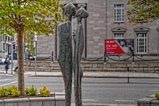 'El beso ' de Rowan Fergus Meredith Gillespie, en Earlsfort Terrace., Dublín, Irlanda