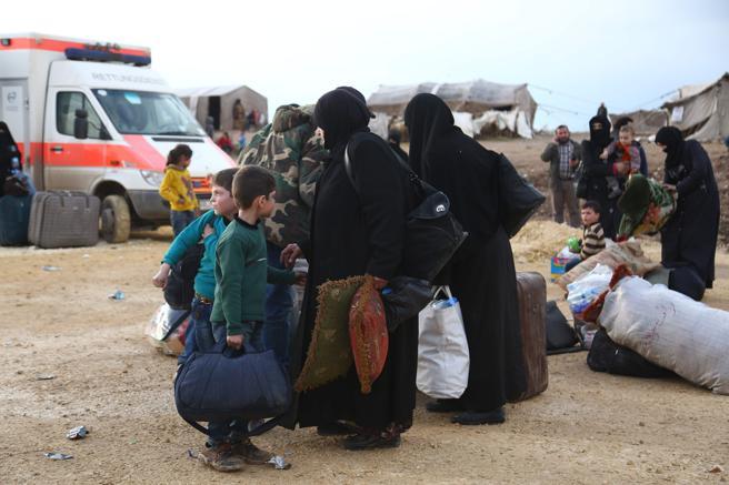 Mujeres y niños de Duma llegan al campo de refugiados de al-Bal