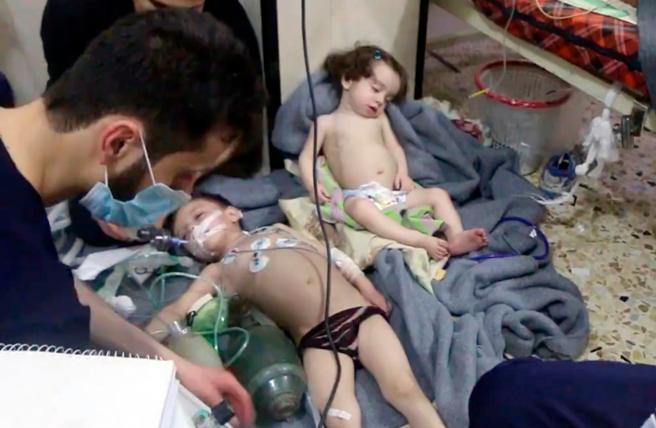 Imágenes de personal médico atendiendo a niños afectados por asfixia tras un presunto ataque químico del ejército de Asad contra el enclave rebelde sitiado de Duma