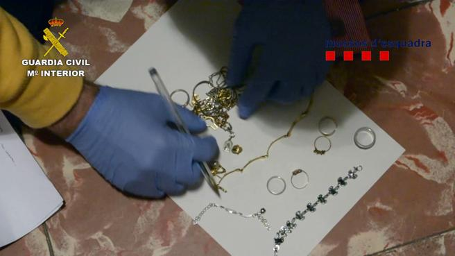 Los investigadores se incautaron de joyas, dinero en metálico y cocaína