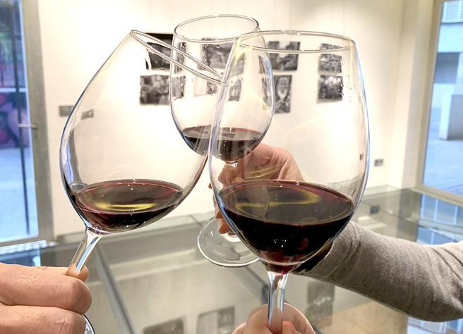 Brindando con vino de la variedad monastrell es la sala de eventos del celler medieval
