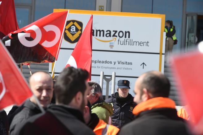 Trabajadores de Amazon frente a la sede de la empresa en San Fernando de Henares en la huelga del pasado marzo